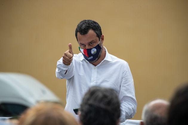 A forza di prendere sberle a Salvini la testa s'è