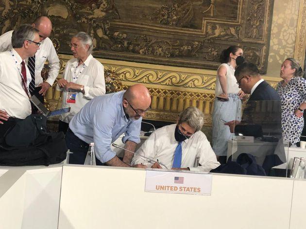 Il ministro della Transizione Ecologia Roberto Cingolani (S)e l'inviato per il clima del presidente Usa...
