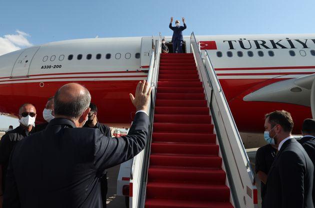 20 Ιουλίου 2021 Ο Ερντογάν αποχωρεί από τα κατεχόμενα. Ο Τατάρ τον χαιρετά.