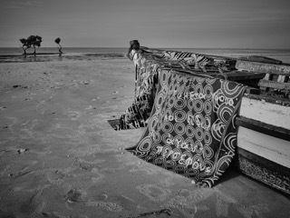 Βάρκα καλυμμένη με παραδοσιακά υφάσματα σε παραλία της