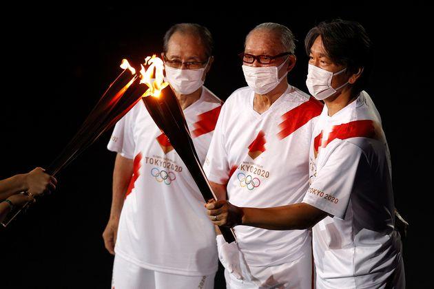 聖火を運ぶ、王貞治さん、長嶋茂雄さん、松井秀喜さん(左から)