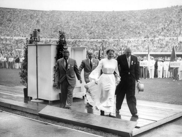 1952年のヘルシンキ大会の開会式に女性が乱入し、平和のメッセージを掲げた。