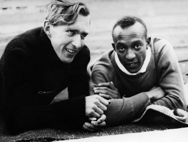 (Eingeschränkte Rechte für bestimmte redaktionelle Kunden in Deutschland. Limited rights for specific editorial clients in Germany.) Jesse Owens (James Cleveland Owens)*12.09.1913-31.03.1980+US-American track and field athletewon 4 gold medals at the Summer Olympics in Berlin in 1936Summer Olympics in Berlin in August 1936: Jesse Owens and his German counterpart Carl Ludwig 'Luz' Long, they became friends during the Games (Photo by ullstein bild/ullstein bild via Getty Images)