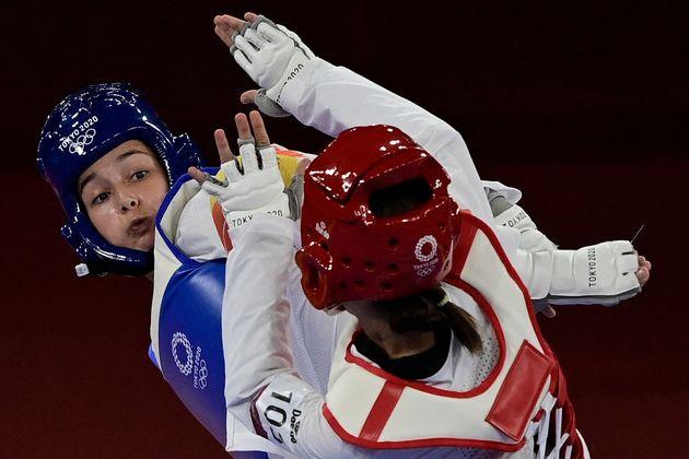 Adriana Cerezo (de azul) supera con claridad a la turca Rukiye Yildirim en las