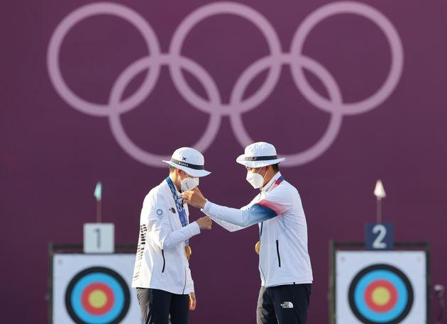 서로의 목에 금메달을 걸어주는 대한민국 양궁대표팀 안산과