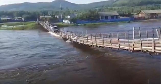 Ρωσία: Φορτηγάκι διασχίζει κρεμαστή γέφυρα αλλά το «καταπίνει» το