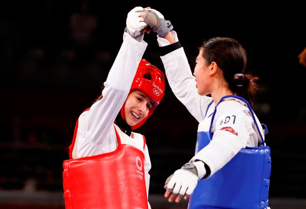 Adriana Cerezo levanta el brazo de su rival tras perder la final de