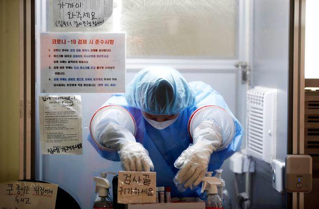 전국 대부분 지역에 폭염특보가 내려진 23일 광주 북구선별진료소에서 더위에 지친 의료진이 부스 안에서 고개를 떨구고