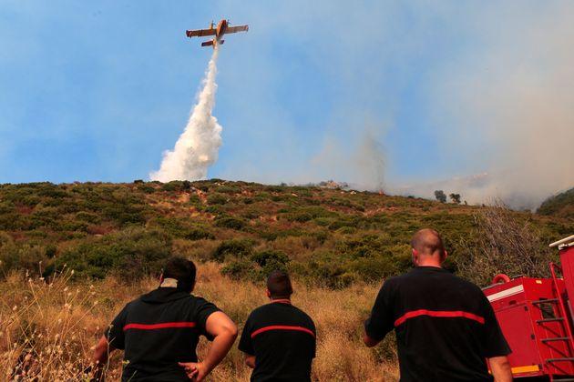 Ce 24 juillet, des centaines de pompiers et des moyens techniques importants sont mobilisés dans l'Aude,...