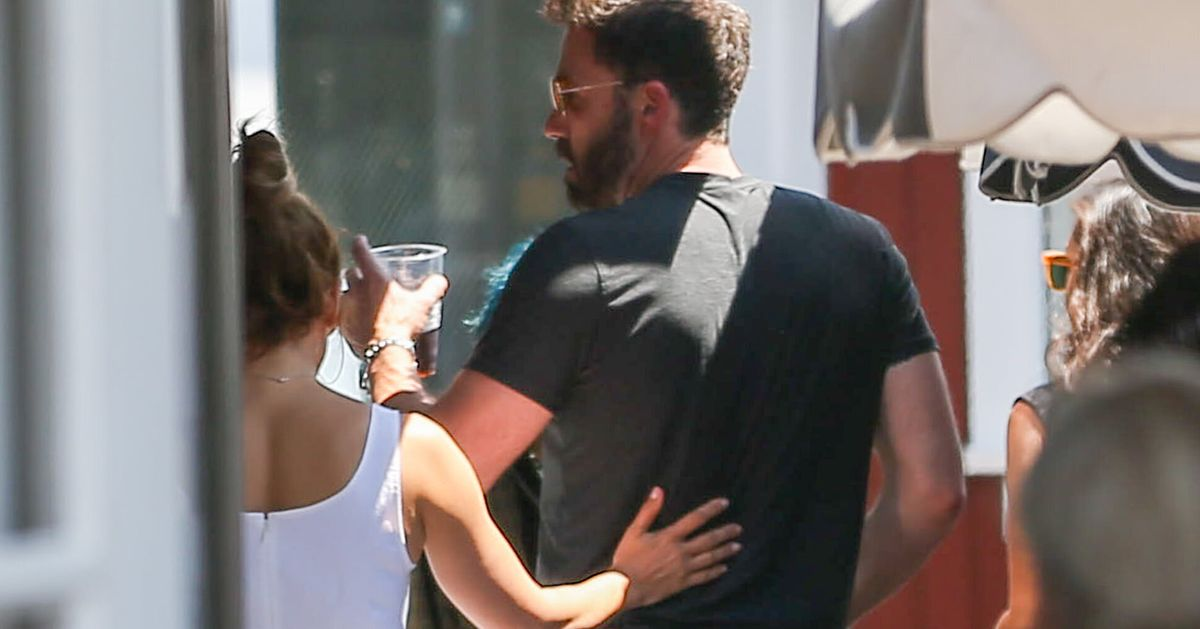 Jennifer Lopez Posts Makeout Pic With Ben Affleck, Finally Confirming Their Relationship