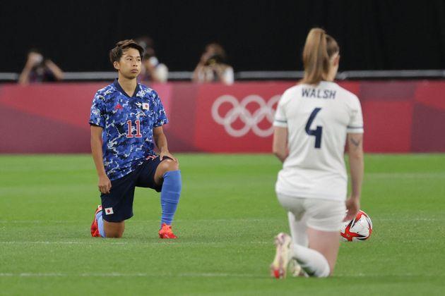 試合前に片膝をつく田中美南選手