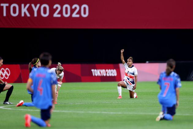7月24日の試合前、膝をつく行為をするイギリス代表の選手と日本代表の選手