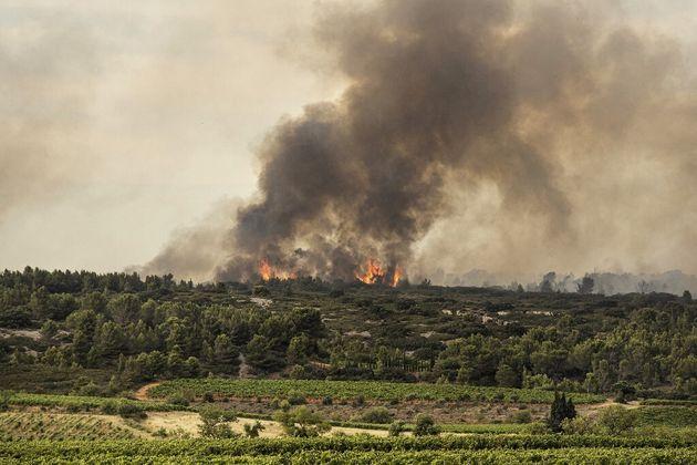 L'incendie sur le mont d'Alaric visible depuis la ville de Fabrezan le 24 juillet 2021 (Photo by Idriss...