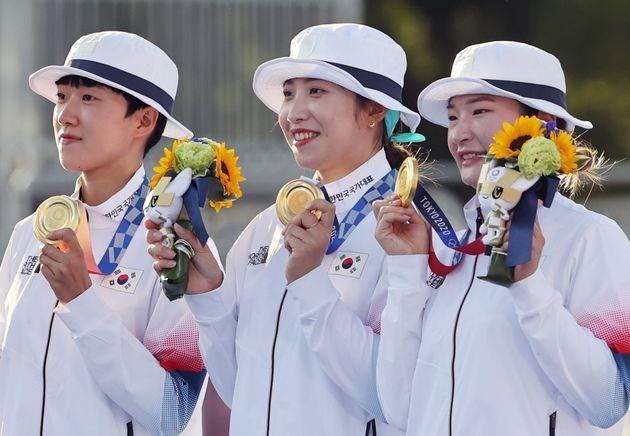 양궁 강채영, 장민희 안산이 25일 일본 도쿄 유메노시마 공원 양궁장에서 열린 2020 도쿄올림픽 양궁 여자단체전 결승전에 승리해 금메달을 목에 걸고