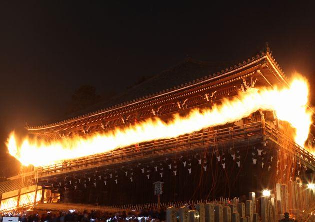 東大寺二月堂の「修二会(しゅにえ)」で「お水取り」のため欄火の粉を散らしながら欄干を行く長さ約8メートルの「かご松明」(奈良市)