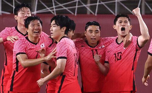 한국 올림픽 축구대표팀의 이동경(10번)이 25일 이바라키 가시마 스타디움에서 열린 도쿄올림픽 남자축구 조별리그 B조 2차전에서 득점한 뒤 동료들과 기뻐하고