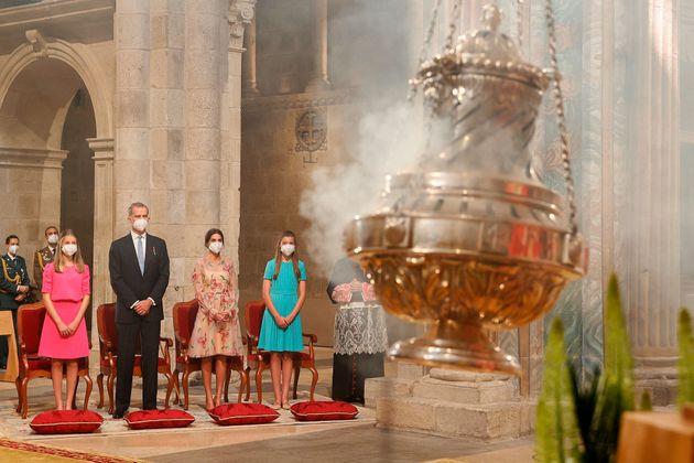 El rey Felipe, acompañado de la reina Letizia y sus hijas, en la catedral de