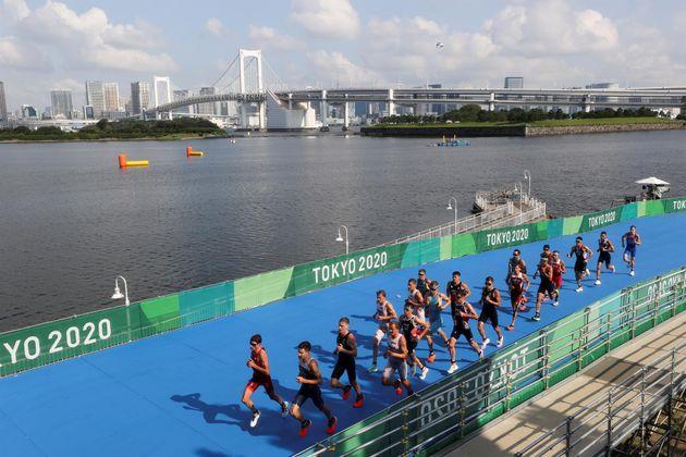 Atletas compiten en la prueba triatlón masculina durante los Juegos Olímpicos