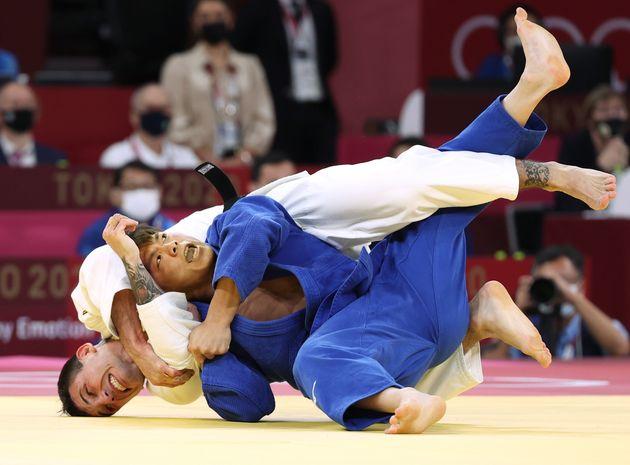 柔道男子66キロ級準決勝で、ブラジルのダニエル・カルグニン選手(左)を破り、決勝に進出した阿部一二三選手=7月25日