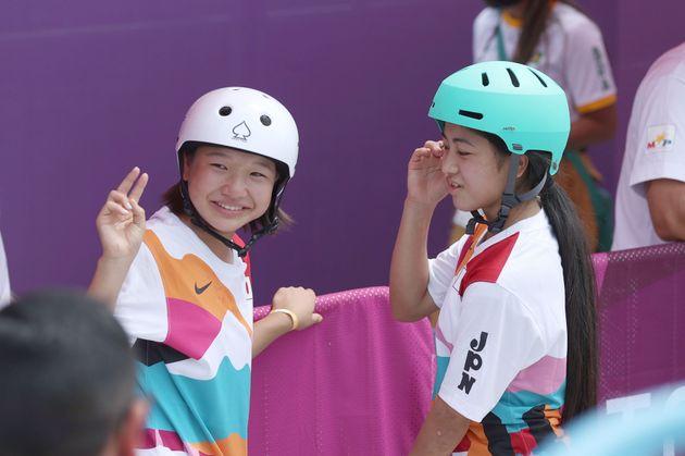 スケートボード女子ストリート決勝を終え、笑顔の西矢椛選手(左)と中山楓奈選手=7月26日