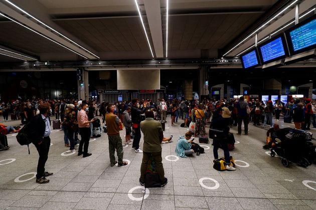 Photo prise dimanche 25 juillet dans la soirée à la Gare Montparnasse, où le trafic des TGV a été perturbé par un accident dramatique sur un chantier francilien