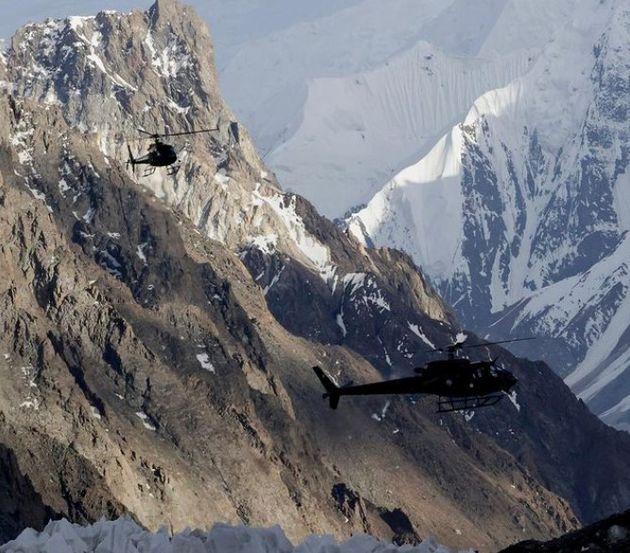 김홍빈 대장의 흔적을 찾기 위한 파키스탄 육군 항공 수색헬기 2대가 브로드피크 베이스캠프를 출발해 중국쪽 암벽으로 향하고