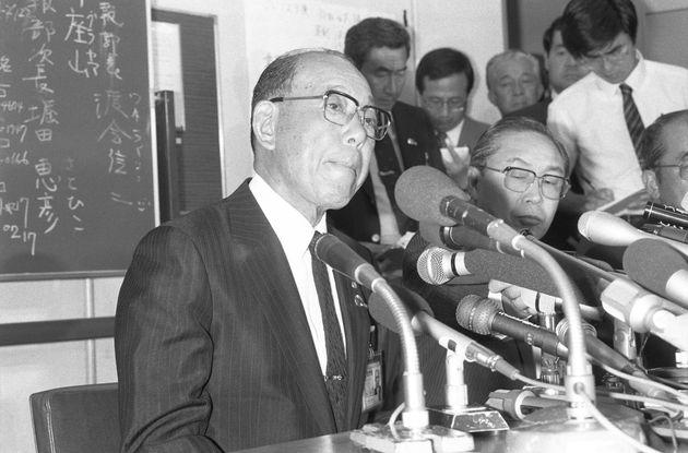日航123便ジャンボ機の墜落事故で記者会見する日本航空の高木養根社長=1985年8月13日撮影