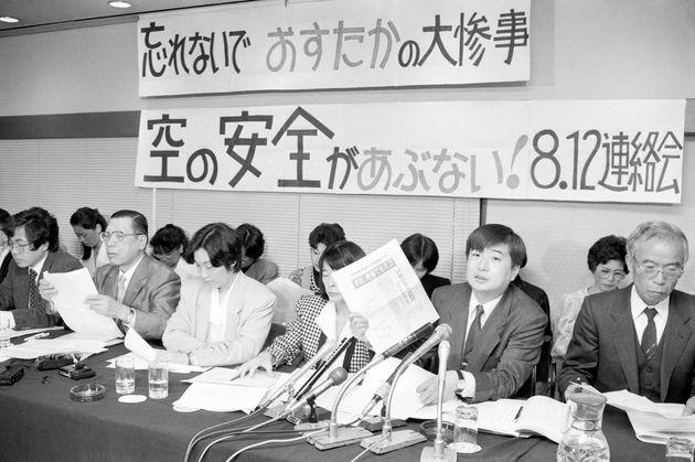 日航機墜落事故関係者全員の不起訴処分発表を受けて、記者会見をする遺族代表ら=1989年11月撮影