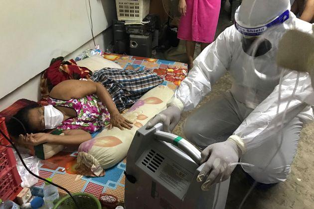 Δοκιμάζεται το σύστημα υγείας της Ταϊλάνδης με το νέο κύμα κορονοϊού που πλήττει τη χώρα. (AP Photo/Tassanee Vejpongsa)
