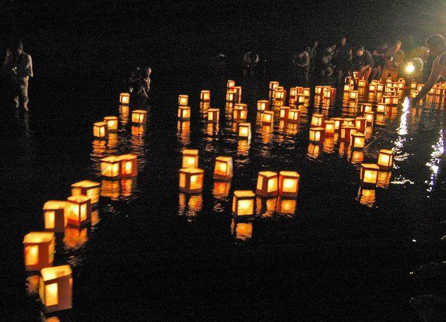 事故発生から21年になるのを前に、遺族らがメッセージを託し、灯籠流しをした(群馬・上野村の神流川)=2006年8月11日撮影