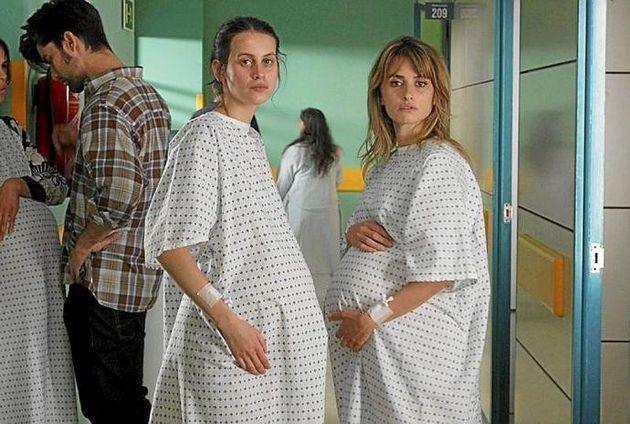 Escena de 'Madres paralelas' con Milena Smit y Penélope