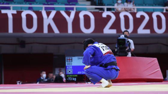 4강전 경기에서 조지아 라샤 샤브다투아쉬빌리를 상대로 공격을 한 후 숨을 고르고 있는