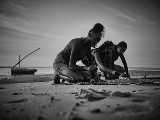 Γυναίκες της Μοζαμβίκης εγγράφουν συμβολικά την Οδύσσεια στις φορεσιές
