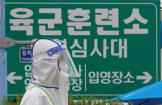 충남 논산 육군훈련소에서 신종 코로나바이러스 감염증(코로나19) 집단감염이 발생한 가운데 지난 7월 8일 육군훈련소 입영심사대에서 군장병이 입영장병을 안내하고