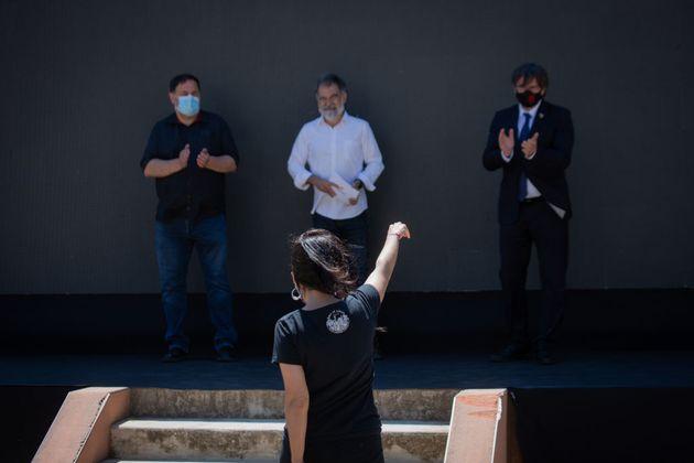 De izquierda a derecha, Oriol Junqueras, Jordi Cuixart y Carles Puigdemont frente a Ana Gabriel, el pasado...