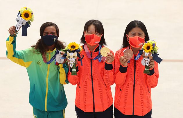 金メダルを掲げる西矢選手(中央)と、銅メダルの中山選手(右)。左は銀メダルのライッサ・レアウ選手(ブラジル)=7月26日撮影