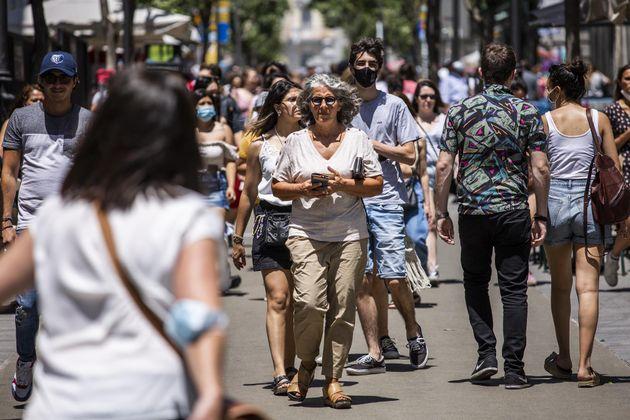 Una mujer pasea sin mascarilla por el centro de Madrid, durante el primer día en el que no es obligado...