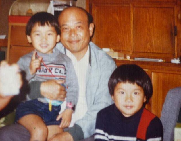 (右から)山本昌由さん、父謙二さん、弟康正さん