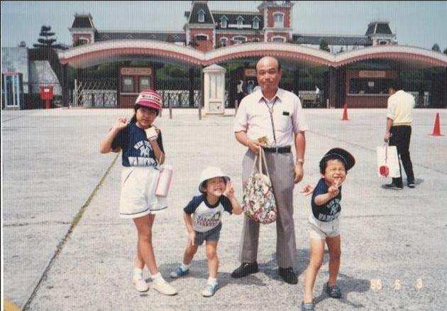 墜落事故の3カ月前に撮影した家族写真。右が昌由さん、右から2番目が父謙二さん
