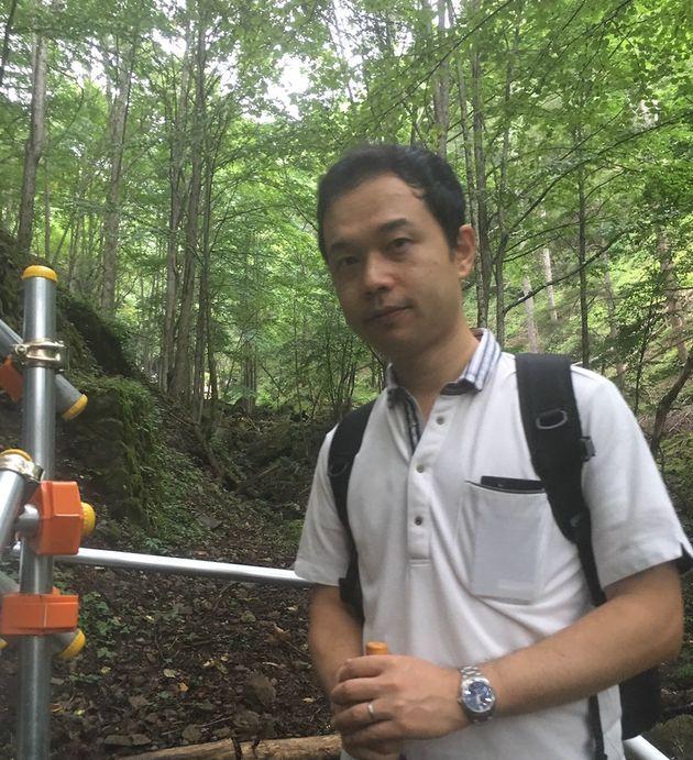 慰霊登山をする山本昌由さん