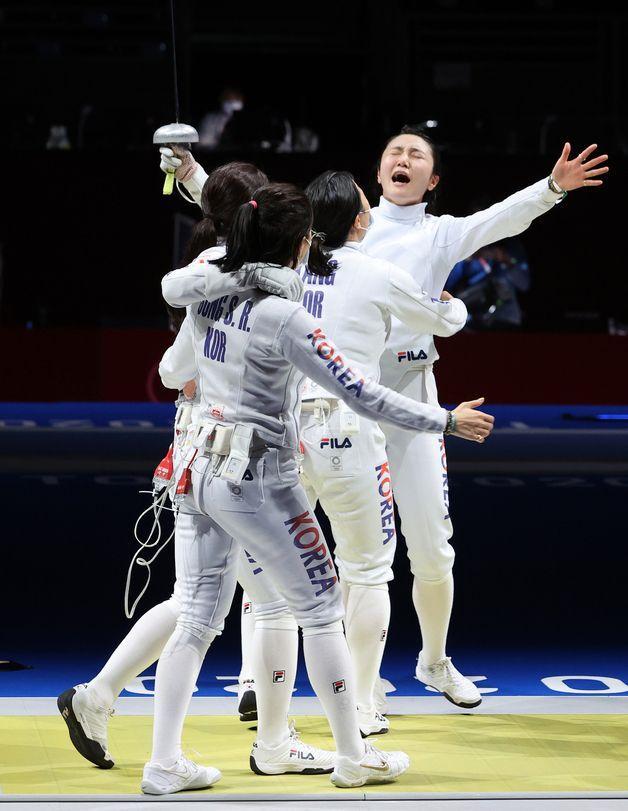 펜싱 여자 에페 대표팀이 27일 일본 지바 마쿠하리 메세B홀에서 열린 도쿄올림픽 펜싱 여자 에페 단체전 4강에서 중국을 38-29로 승리해 결승전에 진출 후 환호하고