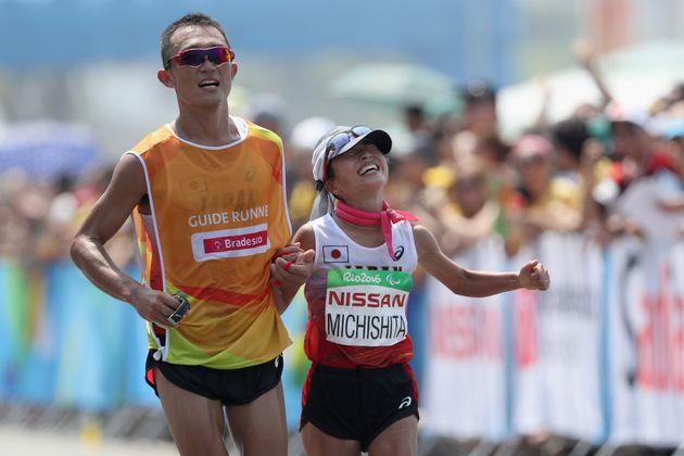 リオオリンピックの女子マラソンで銀メダルに輝いた日本の道下美里選手(右)とガイドランナーの堀内規生さん