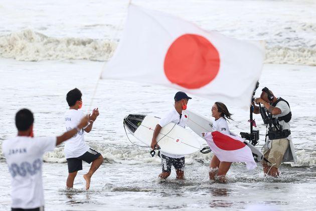 日本チームと銅メダル獲得を喜ぶ都筑有夢路選手(7月27日撮影)