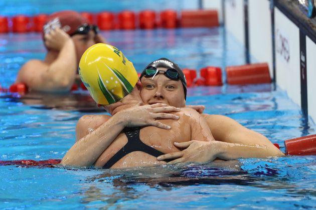 リオパラリンピックの水泳400メートル自由形で、1位になったアメリカのジェシカ・ロング選手(右)