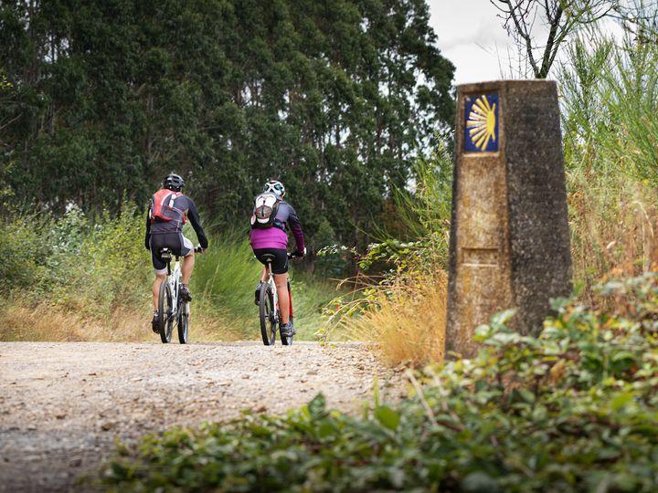 Peregrinos haciendo el camino en bici.