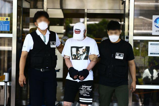 제주에서 중학생을 살해한 혐의로 구속된 김시남(46)이 27일 오후 제주동부경찰서에서 검찰로 이송되고