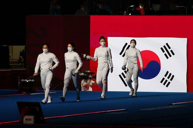 27일 일본 지바의 마쿠하리 메세에서 열린 여자 에페 단체 결승에서 대한민국 선수들이 입장하고