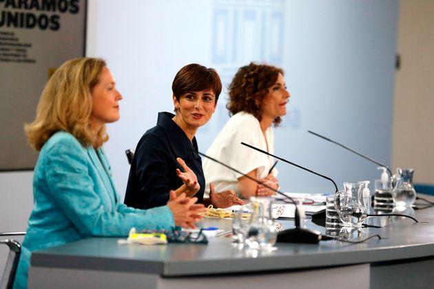 La vicepresidenta primera del Gobierno y ministra de Asuntos Económicos, Nadia Calviño; la ministra de...