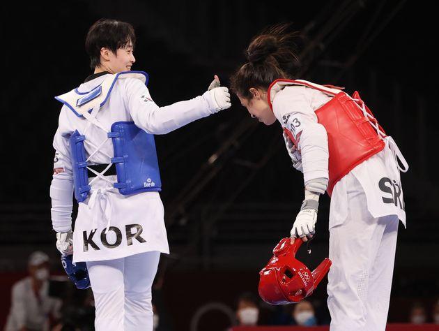 태권도 이다빈이 27일 오후 일본 지바현 마쿠하리 메세 A홀에서 열린 '2020 도쿄올림픽' 67kg급 여자 태권도 결승전에서 세르비아의 밀리차 만디치의 경기에서 엄지를 치켜세우고