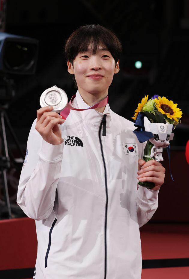태권도 이다빈이 27일 오후 일본 지바현 마쿠하리 메세 A홀에서 열린 '2020 도쿄올림픽' 67kg급 여자 태권도 시상식에서 은메달을 걸고
